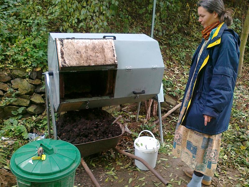 Komunitní kompostování v zahradě Šárynka (Ekodomov)